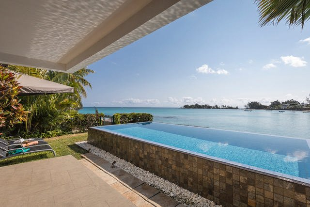 For rent Luxury beachfront villa Péreybère